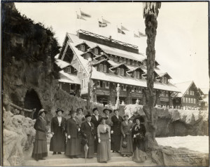 Group of women posing in front of the Old Faithful Inn, Panama-Pacific International Exposition. Courtesy San Francisco Public Library.